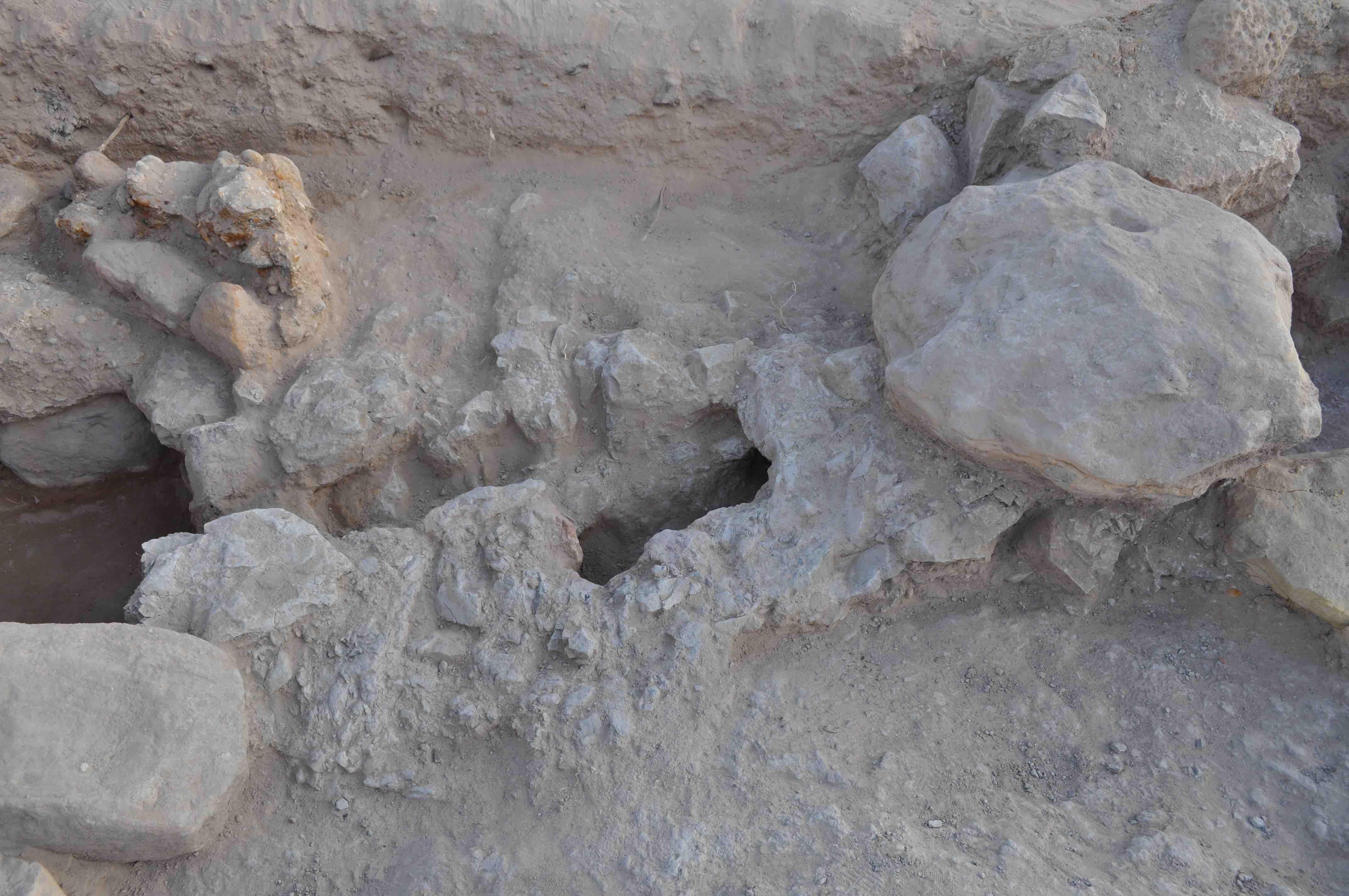 Fig. 5. Un creusement dans le rocher relie les deux premiers « bassins » (en partant de l'ouest)