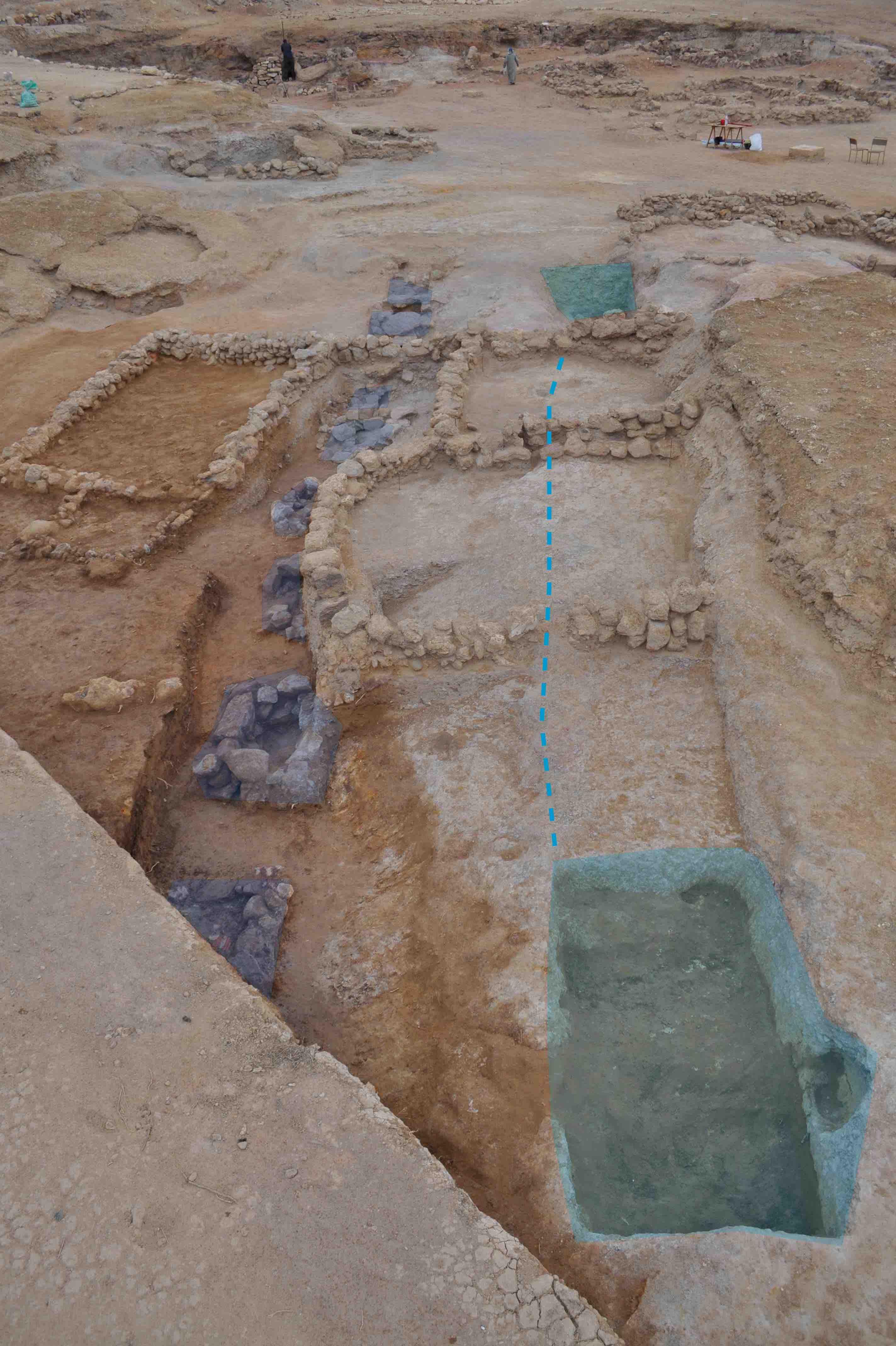 Fig. 4. Le secteur S41 à la fin de la saison 2015 : on voit à droite (en vert) les deux fosses creusées dans le rocher (en pointillé, est indiqué une ligne de taille qui a entamé le gebel) et à gauche (en violet) la série de structures quadrangulaires en pierres sèches pour l'écoulement de l'eau (vue nord-est/sud-ouest).